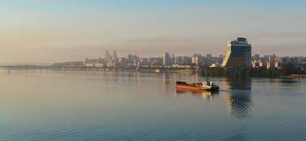 Envíe la navegación en el río por la mañana en el amanecer III Imagen de archivo libre de regalías