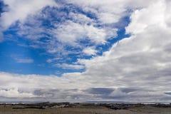Envíe la playa con el cielo azul y las nubes Fotografía de archivo