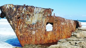 Envíe la ruina en la costa salvaje Suráfrica de Transkei imagenes de archivo