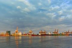 Envíe los contenedores para mercancías y el buque de carga a granel a la carga del puerto y a las grúas amarillas Imagenes de archivo