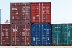 Envíe los envases en el puerto de entrometido sea, Madagascar fotos de archivo