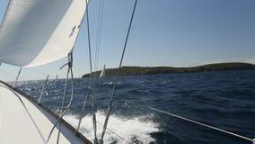 Envíe los yates con las velas blancas en el mar Barcos de lujo Competidor del barco de la regata de la navegación almacen de video
