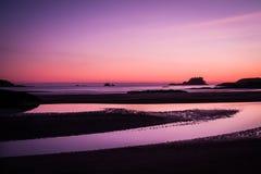 Envíe a través del océano en la puesta del sol, en la playa de Tofino Fotos de archivo libres de regalías