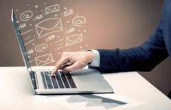 Envío de los hojas informativa del cliente en el ordenador portátil Fotografía de archivo