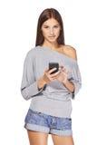 Envío de mensajes de texto adolescente de la muchacha en su móvil Foto de archivo libre de regalías