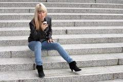 Envío de mensajes de texto de la mujer joven Imagen de archivo libre de regalías