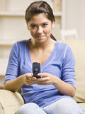 Envío de mensajes de texto del adolescente en el teléfono celular Fotos de archivo libres de regalías