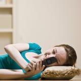 Envío de mensajes de texto del adolescente en el teléfono celular Fotos de archivo