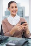 Envío de mensajes de texto hermoso alegre de la empresaria Fotografía de archivo