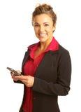 Envío de mensajes de texto hermoso de la mujer de negocios foto de archivo libre de regalías