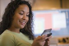Envío de mensajes de texto hermoso de la mujer negra Foto de archivo