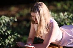 Envío de mensajes de texto, mujeres, teléfono móvil, teléfono, gente Imágenes de archivo libres de regalías