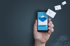Envío de un mensaje con su teléfono Fotos de archivo