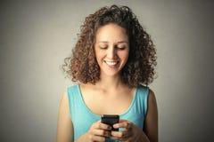Envío de un mensaje de texto Fotos de archivo libres de regalías