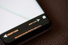 Envío del botón de los bitcoins en la pantalla del smartphone Imagenes de archivo