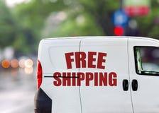 Envío gratis, furgoneta en la calle de la ciudad Foto de archivo libre de regalías