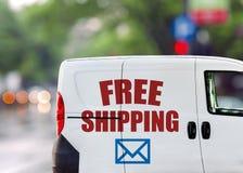 Envío gratis, furgoneta en la calle de la ciudad Imagenes de archivo