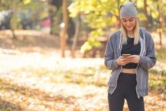 Envío hermoso de la mujer SMS fotografía de archivo libre de regalías