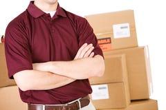 Envío: Hombre de entrega con los brazos cruzados Fotografía de archivo libre de regalías