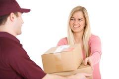 Envío: La mujer acepta entrega del hombre Imágenes de archivo libres de regalías