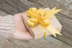 ENV 10 Frau ` s Hände geben eingewickeltes Weihnachten Lizenzfreie Stockbilder