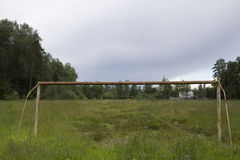 Envahi avec l'herbe grande a abandonné le terrain de football avec deux portes en métal Photos libres de droits