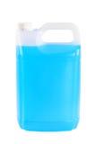 Envase con el líquido de la lavadora del parabrisas, en el fondo blanco Imagen de archivo libre de regalías
