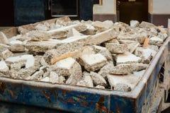 Envase con la forma de los escombros que renueva una casa /flat Imágenes de archivo libres de regalías