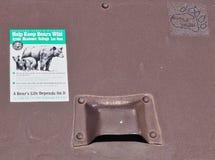 Envase de basura de la prueba del oso imagen de archivo