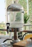 Envase de consumición del tanque con agua fresca en restaurante Fotos de archivo libres de regalías