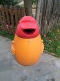 Envase de la basura en patio Imagenes de archivo