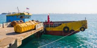 Envase de la basura para el transporte del barco en muelle Fotos de archivo libres de regalías
