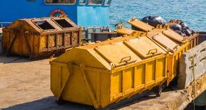 Envase de la basura para el transporte del barco en muelle foto de archivo