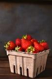 Envase de la cartulina de fresas Foto de archivo libre de regalías