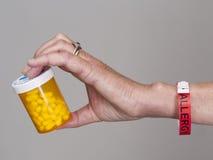 Envase de la explotación agrícola de la mano de píldoras de la alergia Fotos de archivo libres de regalías
