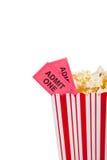Envase de las palomitas del teatro con el boleto de la película Imagen de archivo libre de regalías