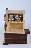 Envase de madera y moneda Imágenes de archivo libres de regalías
