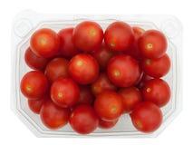 Envase de plástico de tomates de cereza rojos, aislado Fotos de archivo