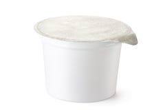 Envase de plástico para los productos lácteos con la tapa de la hoja Imágenes de archivo libres de regalías