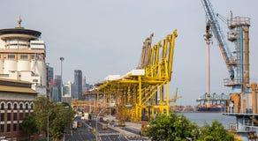 Envase grande del cargamento de la nave en puerto de envío en Singapur Imagenes de archivo