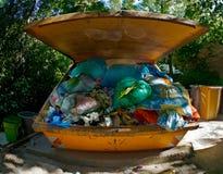 Envase grande por completo de basura Fotografía de archivo