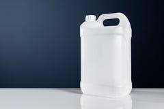 Envase líquido químico del bote plástico blanco sin etiqueta del tanque imagen de archivo