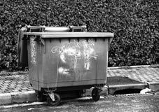 Envase marcado con etiqueta urbano Degradación de la propiedad pública Visión blanco y negro Imágenes de archivo libres de regalías
