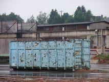 Envase oxidado afuera Imagen de archivo libre de regalías
