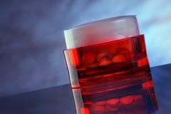 Envase rojo de la píldora Imagenes de archivo