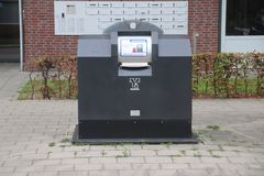 Envase semi subterráneo de la basura con el lector de la tarjeta de prepago donde la basura se puede introducir para 1 euro por b fotos de archivo libres de regalías