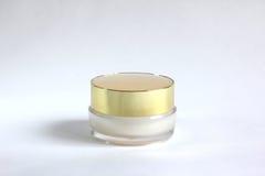 Envase transparente con el casquillo de oro Foto de archivo