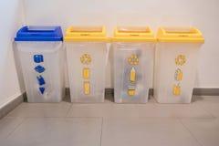 Envases azules y amarillos de la basura para reciclar Fotos de archivo libres de regalías