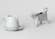 Envases blancos de la leche del desayuno fotografía de archivo libre de regalías
