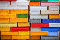Envases coloridos de los cajones plásticos de las cajas para los pescados imagen de archivo